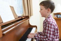 Młoda chłopiec Bawić się pianino W Domu Zdjęcie Royalty Free