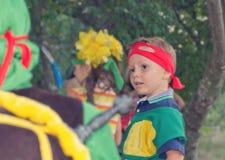 Młoda chłopiec bawić się przy dzieciaka przyjęciem urodzinowym Zdjęcia Royalty Free