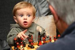 Młoda chłopiec bawić się szachy obrazy royalty free