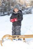 Młoda chłopiec bawić się w śniegu Fotografia Royalty Free