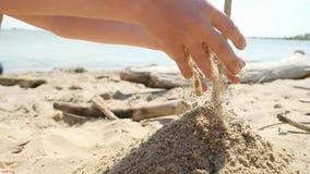 Młoda chłopiec bawić się w fala na plaży w slowmotion na słonecznym dniu i piasku zdjęcie wideo