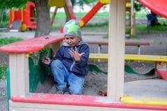 Młoda chłopiec bawić się w piaskownicie obrazy stock