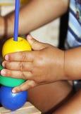 Młoda chłopiec bawić się z kolorowymi piłkami fotografia royalty free