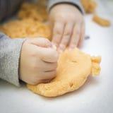 Młoda chłopiec bawić się z playdough Zdjęcie Stock