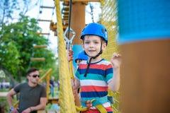 Młoda chłopiec bawić się zabawę robi aktywność outdoors i ma zdjęcia royalty free