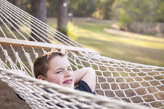 Młoda chłopiec Cieszy się dzień w Jego hamaku zdjęcia royalty free