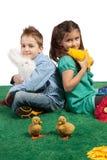 Młoda chłopiec i dziewczyna siedzi wpólnie Zdjęcia Stock