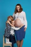 Młoda chłopiec i dziewczyny uściśnięcia ciężarna matka obrazy stock