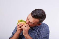 Młoda chłopiec je smakowitego hot dog Pojęcie uliczny jedzenie zdjęcie stock