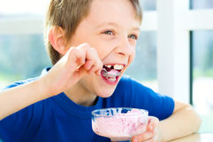 Młoda chłopiec je smakowitego lody Zdjęcia Royalty Free