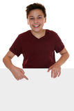 Młoda chłopiec lub nastolatek wskazuje na pustym sztandarze z copyspace zdjęcia stock