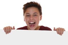 Młoda chłopiec ma zabawę z pustym znakiem z copyspace zdjęcia stock