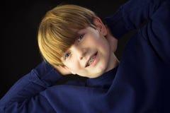 Młoda chłopiec Pokazuje daleko jego Zielonych brasy Zdjęcie Stock