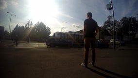 Młoda chłopiec pozycja w ulicie, timelapse zbiory wideo