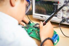 Młoda chłopiec pracuje na elektronika projekcie fotografia royalty free
