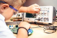 Młoda chłopiec pracuje na elektronika projekcie obrazy royalty free