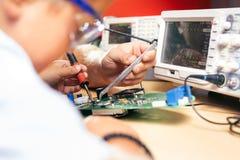 Młoda chłopiec pracuje na elektronika projekcie zdjęcia royalty free