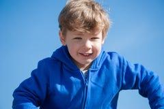 Młoda chłopiec przeciw niebieskiemu niebu Fotografia Stock