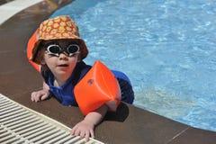Młoda chłopiec przy poolside Zdjęcia Royalty Free