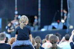Młoda chłopiec przy rockowym koncertem Zdjęcie Royalty Free