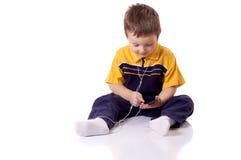 Chłopiec słucha muzyka obrazy royalty free