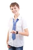 Młoda chłopiec sprawdza jego zegarek Fotografia Royalty Free