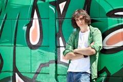 Młoda chłopiec target827_0_ przeciw graffiti ścianie obrazy stock