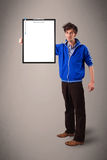 Młoda chłopiec trzyma czarną falcówkę z bielu prześcieradła kopii przestrzenią Fotografia Stock