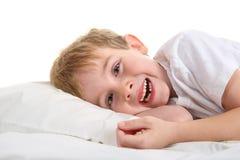 Młoda chłopiec trzyma jego gubjący ząb Zdjęcia Royalty Free