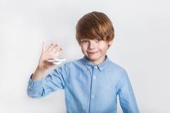 Młoda chłopiec trzyma popularną wiercipięta kądziołka zabawkę - zamyka w górę portreta Szczęśliwy uśmiechnięty dziecko bawić się  obraz stock