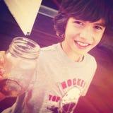 Młoda chłopiec trzyma up butelkę - Instagram skutek Zdjęcia Royalty Free