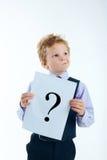 Młoda chłopiec trzyma znaka zapytania znaka Zdjęcie Stock