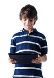 Młoda chłopiec używa pastylka komputer. Odosobniony. obrazy stock