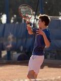 Młoda chłopiec uderza piłkę obraz royalty free