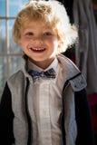 Młoda chłopiec w łęku krawacie obrazy stock
