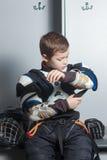 Młoda chłopiec w hokeja mundurze fotografia stock