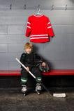 Młoda chłopiec w Hokejowej przebieralni obrazy stock