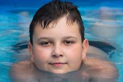 Młoda chłopiec w pływackim basenie Zdjęcia Royalty Free