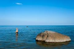 Młoda chłopiec w wodzie blisko plaży Obrazy Stock