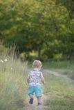 Młoda chłopiec wypełniał z cudem podczas gdy iść dla spaceru obrazy royalty free