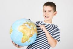 Młoda chłopiec z kulą ziemską Zdjęcie Stock