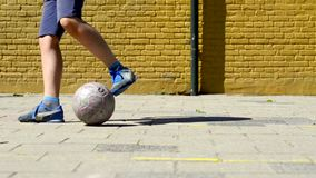 Młoda chłopiec z piłką na ulicznej piłki nożnej smole zbiory wideo