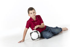 Młoda chłopiec z piłki nożnej piłką odizolowywającą na białym tle zdjęcia royalty free