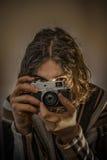 Młoda chłopiec z starą Rosyjską kamerą Zdjęcia Royalty Free
