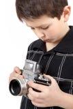 Młoda chłopiec z starego rocznika SLR analogową kamerą fotografia royalty free