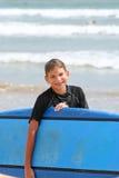Młoda chłopiec z Surfboard fotografia royalty free