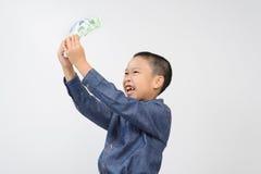 Młoda chłopiec z szczęśliwym i uśmiech z koreańczykiem wygrywaliśmy banknot Zdjęcie Royalty Free