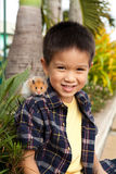 Młoda chłopiec z zwierzę domowe chomikiem na jego ramieniu Zdjęcie Stock