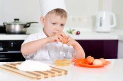 Młoda chłopiec zarabia być szefem kuchni Obrazy Stock