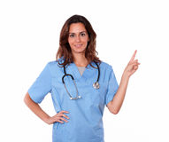 Młoda charyzmatyczna pielęgniarki pozycja, wskazywać i fotografia royalty free